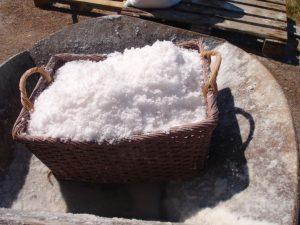 sal blanca en una cesta de mibre natural ecologica sostenible Sostenibilidad